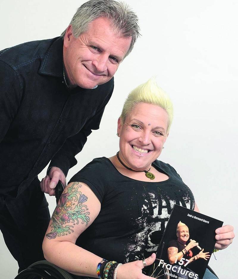 Bernard et Jani Barré avec leur livre cosigné 157 fractures. Photo François Larivière | Le Courrier ©