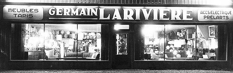 La façade du magasin dans les années 1960, avec la présentation d'innombrables produits meubles et luminaires. Le portrait d'une époque...