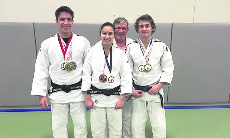 Sur la photo, Jérémie Poirier, Audrey Poirier et Benjamin Daviau, en compagnie de l'entraîneur Louis Graveline. Photo Courtoisie