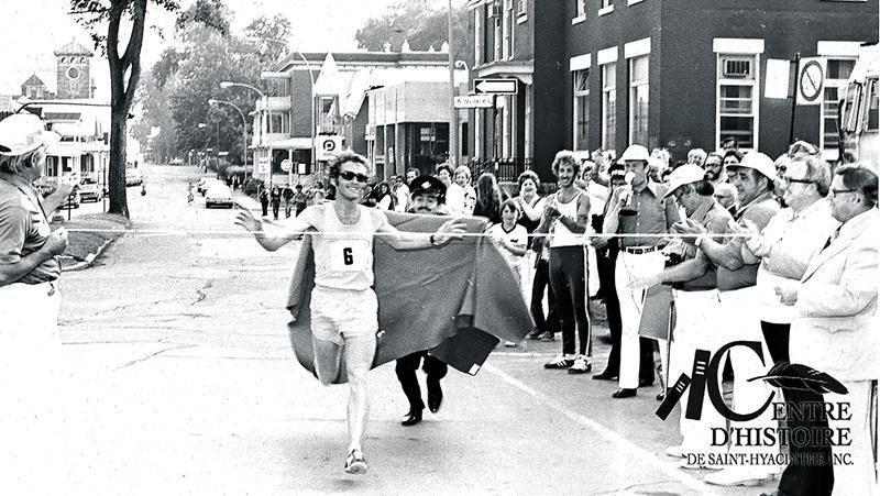 Jacques Mainguy remporte le Marathon de Saint-Hyacinthe en 1974. Coll. Centre d'histoire de Saint-Hyacinthe, CH380.