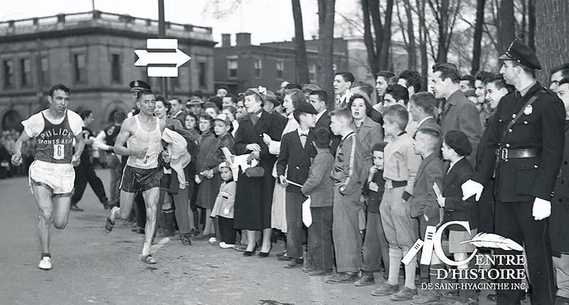 Lors du championnat canadien du marathon de 1952, l'Américain Edo Romagnoli prend la mesure de Gérard Côté pour terminer en deuxième position.  Coll. Centre d'histoire de Saint-Hyacinthe, CH193.