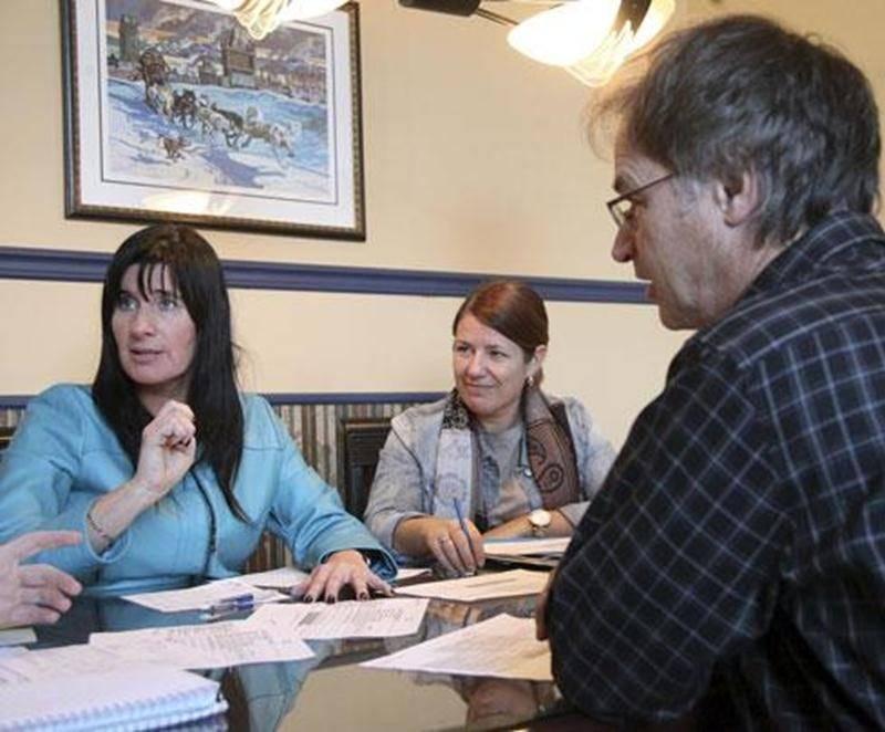 Dans l'ordre habituel, Sylvie Girard, directrice du Service des ressources financières de la CSSH; Caroline Dupré, directrice générale de la CSSH et son président Richard Flibotte.