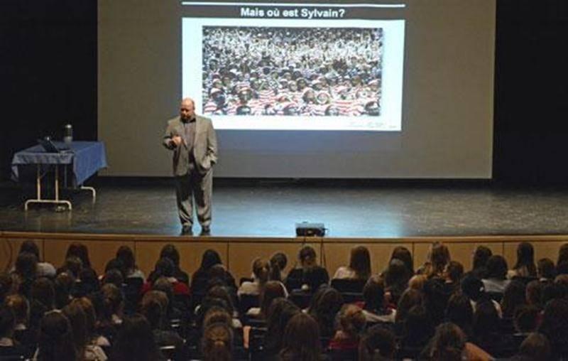 Sylvain Guimond, éducateur physique, ostéopathe et docteur en psychologie du sport, a rencontré les élèves de 4 e année du Collège Saint-Maurice.