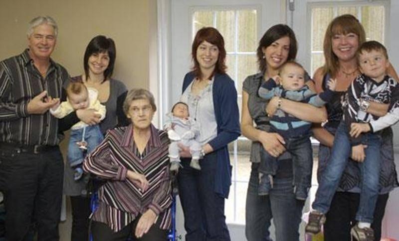 Sur cette photo prise à Pâques, on aperçoit, de gauche à droite : Normand Corbeil, sa fille Émilie Corbeil et son bébé Hubert Darsigny (3 mois), Thérèse Corbeil Forest, arrière-grand-mère, Caroline Corbeil (fille de Normand) et son bébé Maëlle Richer (2 semaines), Karine Frédette et son bébé Émilien Brodeur (7 mois), et la mère de Karine, Louise Corbeil, avec son grand garçon de presque 4 ans Ludovic Brodeur.