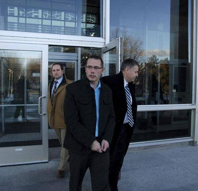 Philippe Julien, 37 ans, est accusé d'avoir agressé sexuellement une adolescente de 14 ans qu'il avait connue sur le Web.