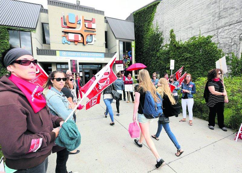 Les nouveaux étudiants du Cégep de Saint-Hyacinthe se sont butés aux piquets de grève à leur première journée de classe. Ils ont toutefois pu entrer dès 8 h. Photo Robert Gosselin | Le Courrier ©