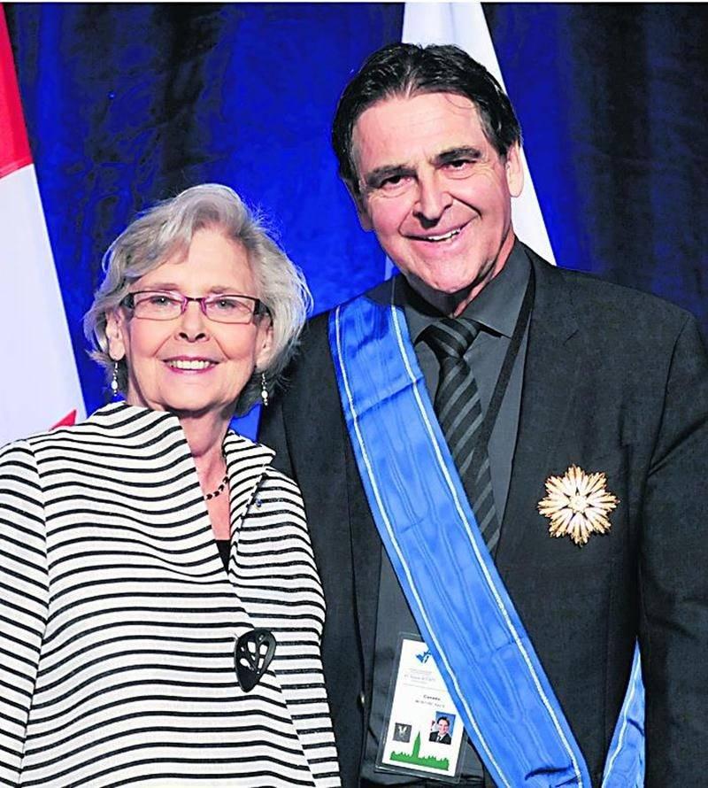 Andrée Champagne a passé le flambeau au sénateur Paul McIntyre à la présidence de l'Assemblée parlementaire de la Francophonie.