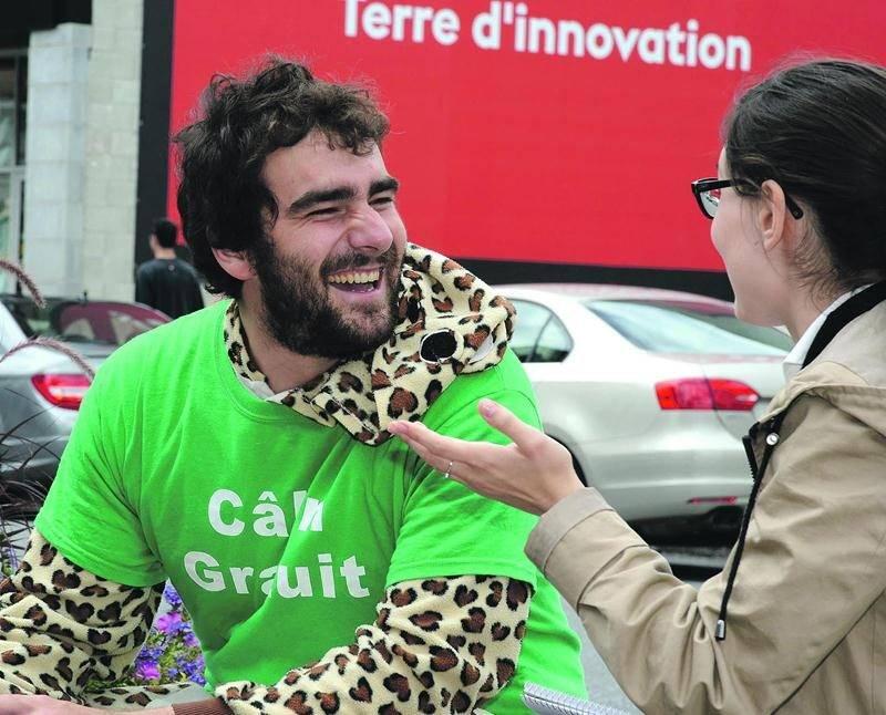 Olivier Blais a pour mission de distribuer le bonheur, l'amour et la paix en donnant des câlins gratuits. Photo François Larivière | Le Courrier ©