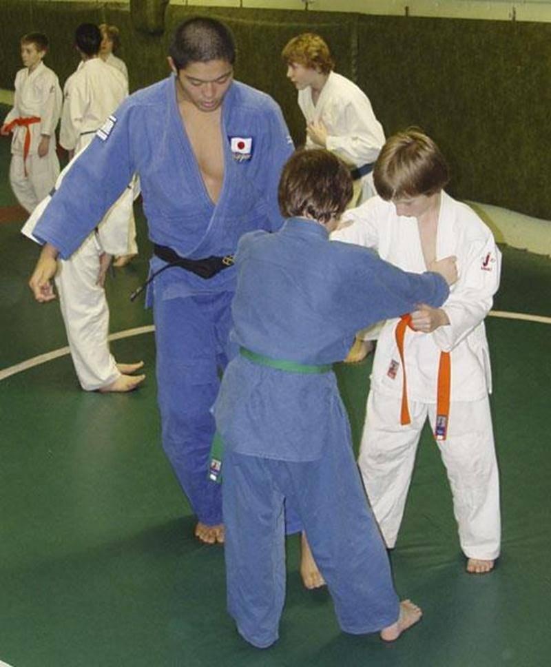 Le Club de judo de Saint-Hyacinthe a reçu, dans le cadre d'un stage, la visite d'Akinori Hondo, un judoka japonais reconnu internationalement et ancien médaillé d'argent des championnats mondiaux de judo. Une trentaine de jeunes athlètes ont participé à ce stage et ont pu bénéficier des conseils de M. Hongo, qui s'exprime très bien en anglais en plus de se débrouiller en français. L'entraîneur du Club, Louis Graveline, s'est dit honoré de la présence de M. Hondo, d'autant plus que la réputation