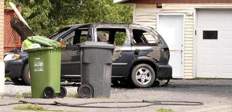 Un incendie suspect a ravagé une minifourgonnette qui était stationnée sur le terrain privé d'une résidence de la rue Martineau, dans la nuit de lundi à mardi. Un second véhicule, immobilisé tout près, a aussi subi des dommages. L'incendie risquait de se propager au garage et à la maison, mais l'intervention rapide du service de Sécurité incendie de la Ville de Saint-Hyacinthe a permis d'éviter le pire. L'enquête a été transférée à la Sûreté du Québec, qui devra déterminer si une main criminelle