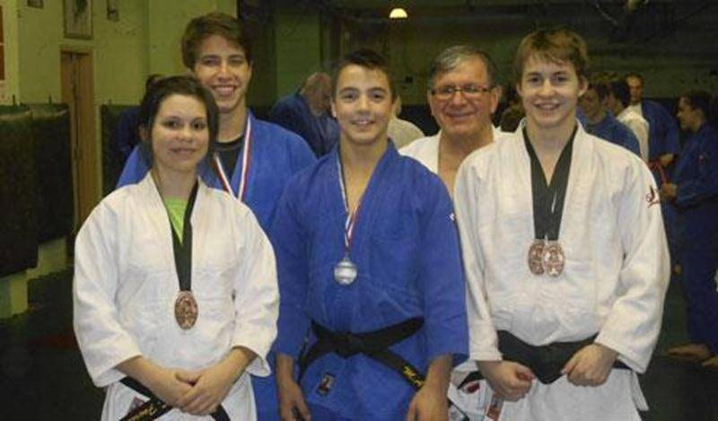Plusieurs judokas de Saint-Hyacinthe ont remporté des médailles lors des premières compétitions de la saison. Sur la photo, Sandrine Fournier, Jérémie Poirier, Marc-Antoine Morin, Benjamin Daviau et l'entraîneur Louis Graveline. Absente de la photo : Audrey Poirier.