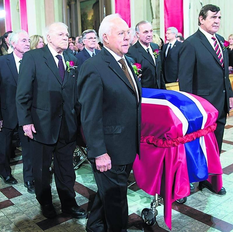 À l'arrière, à gauche, Robert Rousseau porte le cercueil lors des funérailles de Jean Béliveau. Photo Reuters