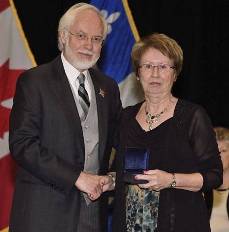 Lors d'une cérémonie, tenue au Collège militaire royal de Saint-Jean, le 24 mai, Noëlla Lapierre Vermette, de Saint-Simon, recevait des mains de l'Honorable Pierre Duchesne, Lieutenant-gouverneur de la province de Québec, une Médaille d'argent (Aînés) pour souligner l'ensemble de son engagement bénévole dans sa communauté.