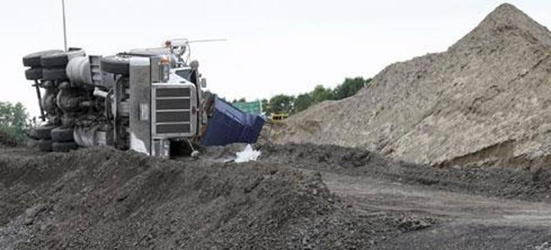 Une situation inusitée est survenue sur le chantier de construction du nouveau viaduc du boulevard Laframboise. Un mastodonte s'est retrouvé les quatre fers en l'air, mardi, alors qu'il se trouvait sur le chantier. Heureusement, le conducteur n'a pas été blessé.
