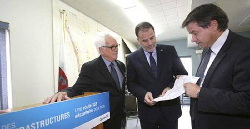 Le maire de Saint-Denis-sur-Richelieu, Jacques Villemaire, en compagnie du ministre Pierre Duchesne et de Daniel Donais, directeur du ministère des Transports - Direction de l'Est-de-la-Montérégie.
