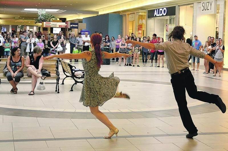 Pour sa grande demande qui était aussi un flash mob, le futur marié s'est entouré des chorégraphes Jean-Yves Tremblay et Olenny Pelletier ainsi que des danseurs d'Hipnoze. Photo François Larivière | Le Courrier ©