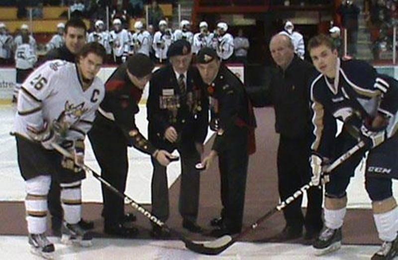 Lors de la mise au jeu protocolaire du match de hockey des Lauréats de Saint-Hyacinthe le 9 novembre, on a souligné le Jour du Souvenir. Parmi les invités sur le tapis rouge, un vétéran de la deuxième Guerre mondiale et l'adjudant-maître au Corps de Cadets no 1 de Saint-Hyacinthe, Alex Blanchette (troisième à partir de la gauche). Le Corps de Cadets de Saint-Hyacinthe enseigne aux jeunes de 12 à 18 ans : le sens du civisme, le respect des autres, l'altruisme, le leadership, la survie et la débro