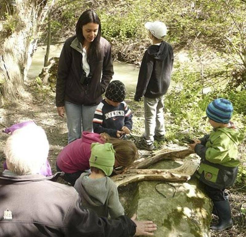 Anie Langelier initiera les tout-petits à la vie au boisé dans le cadre du 24 heures des sciences au Boisé des Douze.