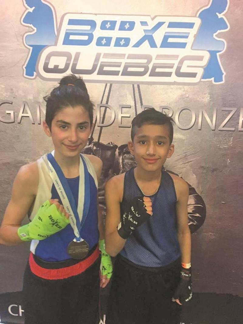 Émile Beaudoin et Asfand Khan, de l'école de boxe Les Apprentis Champions, ont chacun remporté la médaille d'or dans leur catégorie aux Gants de bronze. Photo Courtoisie