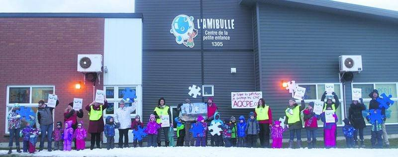 Une soixante de parents, d'enfants et d'employés du CPE L'Amibulle ont manifesté sous la forme d'une chaîne humaine contre les compressions annoncées de 120 M$ en 2016-2017. Photo courtoisie