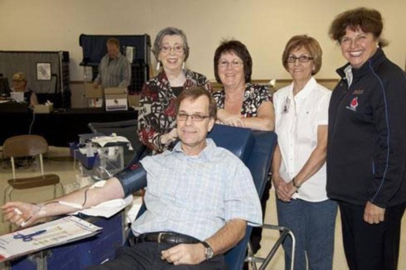 La collecte de sang du 1 er octobre au Centre Aquinois a permis de recueillir 126 dons de sang. À cette occasion, Michel Millette a fait son 30 e don. On le voit sur la photo entouré de Mme Dumaine, Carmen Cloutier, Susan Yvon et Monique Paradis, superviseure.