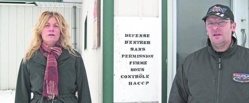 Pascale Cardin et Jean Côté devant leur ferme en 2010. Photothèque | Le Courrier ©