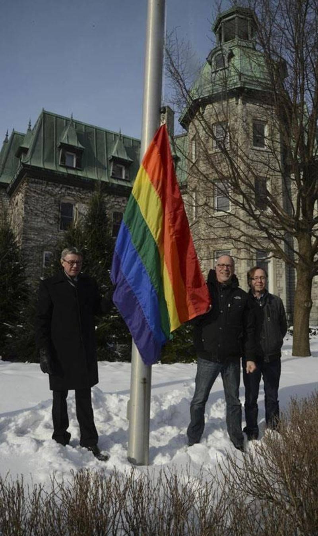 Au cours de la dernière semaine, le drapeau arc-en-ciel de la fierté gaie a flotté bien haut devant l'Hôtel de Ville de Saint-Hyacinthe afin de dénoncer la loi homophobe adoptée en Russie avant les Jeux olympiques de Sotchi. Ce geste symbolique a été salué par l'organisme Jeunes Adultes Gai-e-s de Saint-Hyacinthe.