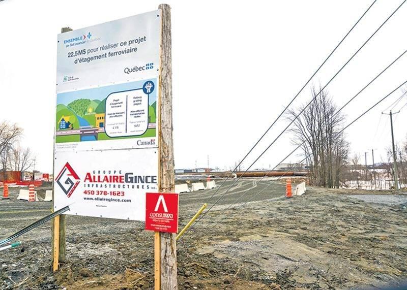 Un panneau d'affichage indiquant le financement du futur tunnel ferroviaire du boulevard Casavant Ouest est installé sur le chantier des travaux de construction.    Photo François Larivière | Le Courrier ©