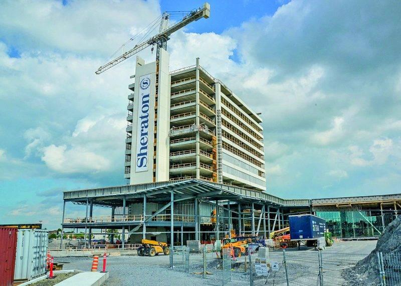 Le futur hôtel Sheraton de Saint-Hyacinthe prend forme puisque 14 étages sur 17 ont été érigés.   Photo François Larivière | Le Courrier ©