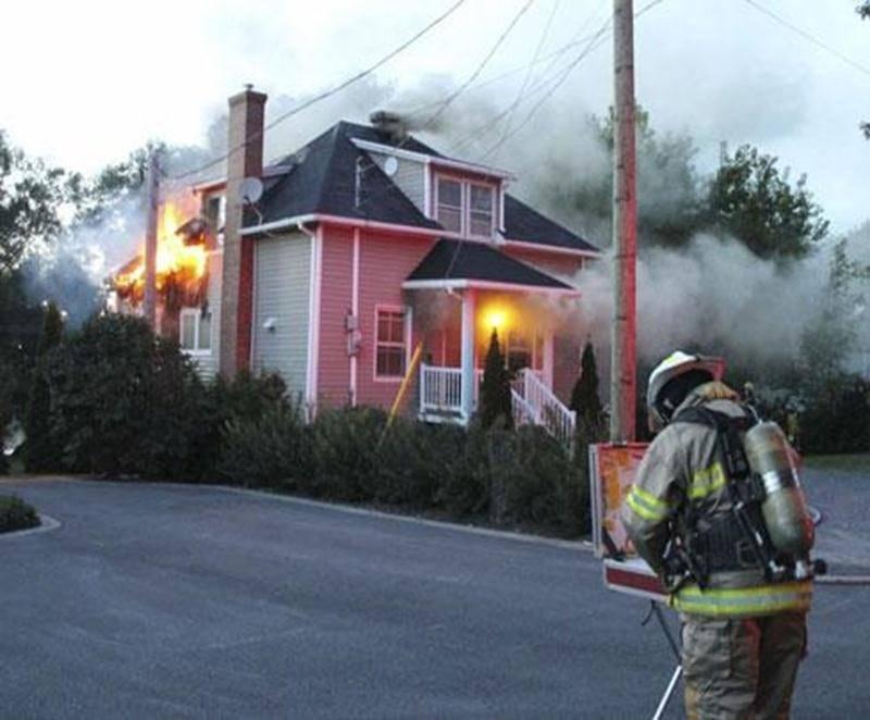 Les pompiers ont combattu les flammes durant plus de trois heures, samedi soir, au 3740, rue Saint-Pierre Ouest à Saint-Hyacinthe.