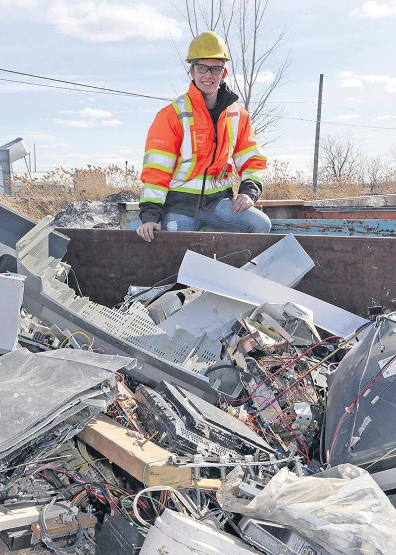 Frédéric Rousseau consacre une bonne partie de son temps à recycler manuellement du matériel électronique désuet.