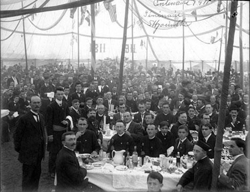 Banquet extérieur du midi lors des fêtes du centenaire du Séminaire de Saint-Hyacinthe le 21 juin 1911 (Archives CHSH).