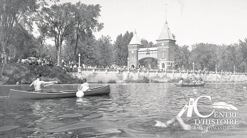 Marathon de nage face à la Porte des anciens maires vers la fin des années 1960.   Centre d'histoire de Saint-Hyacinthe, CH548.