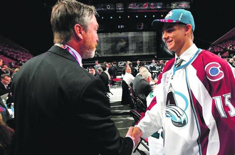 Jean-Christophe Beaudin rencontre l'entraîneur-chef de l'Avalanche du Colorado, Patrick Roy. Photo avalanche.nhl.com ©