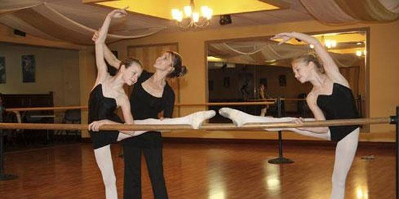 Alexandra et Anne-Élisabeth Chartier accompagnées de Louise Labrecque, professeure et directrice de l'Académie de ballet classique qui porte son nom.