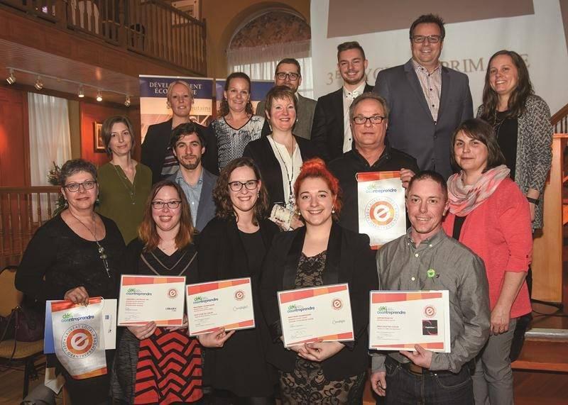 Les lauréats du volet local du Défi OSEntreprendre accompagnés des membres du jury.  Photo François Larivière | Le Courrier ©