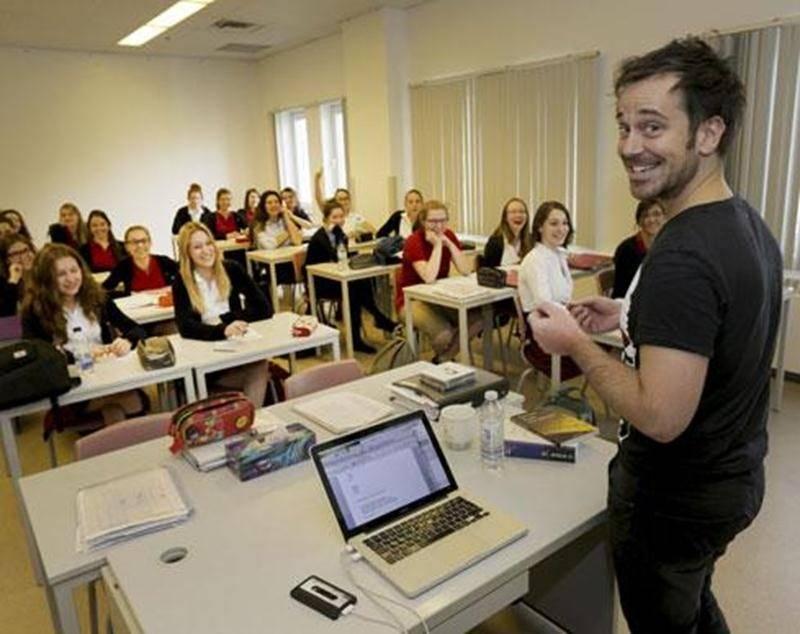 Près de 300 étudiantes du Collège Saint-Maurice se sont adonnées aux exercices d'écriture proposés par Jipé Dalpé.