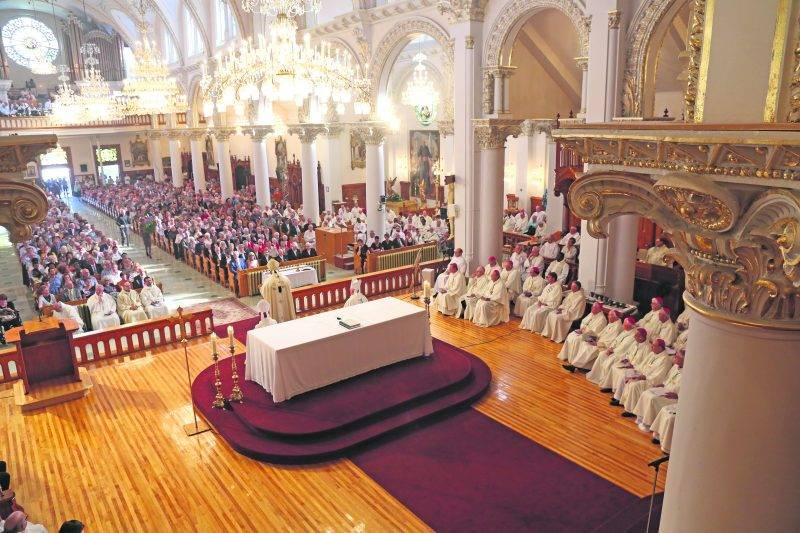 La cathédrale de Saint-Hyacinthe était pleine à craquer... et d'une chaleur étouffante en ce chaud dimanche de septembre. Photo Robert Gosselin   Le Courrier ©