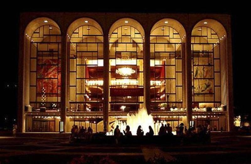 Les amateurs d'opéra seront servis. Pour une sixième saison, la populaire série du <em>Metropolitan Opera</em>, composée de douze opéras, sera présentée en direct au Cinéma Saint-Hyacinthe dès le samedi 13 octobre. Diffusée en haute définition et en ambiophonie, la saison2012-2013 sera haute en couleur avec les pièces de Verdi, telles que <em>Otello</em>, <em>Un Ballo in Maschera</em>, <em>Aida</em> et <em>Rigoletto</em>. Mais aussi avec les oeuvres <em>The Tempest</em> et <em>Parsifal</em> don