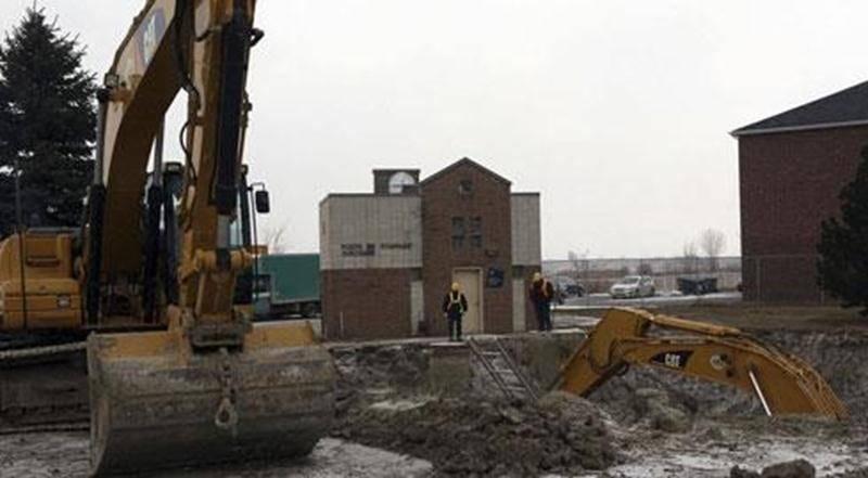 D'importants travaux sont en cours au poste de pompage Girouard, lequel fait face à la station d'épuration des eaux usées de Saint-Hyacinthe, rue Girouard Est. La firme Bertrand Mathieu, de Saint-Hyacinthe, y aménage un nouveau trop-plein, c'est-à-dire un nouveau réservoir de stockage des eaux usées. Une vanne sera également installée sur la conduite d'amenée pour que l'arrivée d'eau au poste puisse être stoppée lors de travaux d'entretien. Le coût de l'ensemble de ces transformations est estimé
