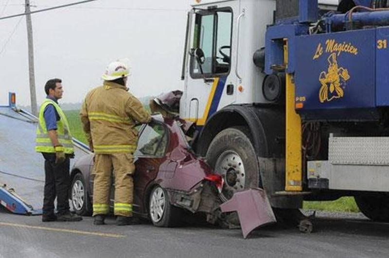 Un accident pour le moins spectaculaire s'est déroulé sur le 7 e rang à Saint-Dominique le 27 juin. Un camion a écrasé l'arrière d'une voiture sortant de l'allée d'une entrée. Les dommages ont été importants sur le véhicule. Le conducteur s'en est malgré tout sorti sans graves blessures. Il a été transporté à l'hôpital pour y traiter des blessures mineures. Les pinces de désincarcération n'ont pas été nécessaires pour le sortir du véhicule.