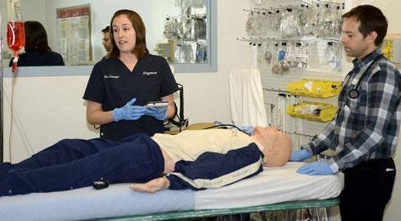 Les Drs Lévesque et Bordeleau ont fait une démonstration avec le mannequin-simulateur de pointe qui va permettre à l'organisation d'offrir un enseignement fort réaliste à ses résidents, médecins et professionnels.