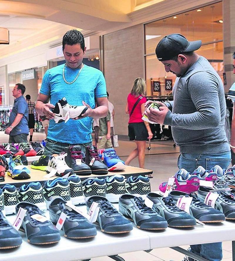 Les consommateurs avaient l'embarras du choix aux Galeries St-Hyacinthe.  Photo Robert Gosselin   Le Courrier ©