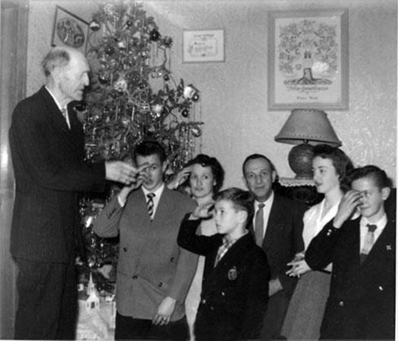 En 1956, Azarias Dupuis donne la bénédiction du jour de l'An à la famille de sa fille Rosilda, mariée à Pierre Bond, d'Acton Vale. Nous voyons, Pierre jr, Rosilda, Pierre, Pierrette, Jacques et Jean à l'avant. (Collection: Pierre Bond jr)