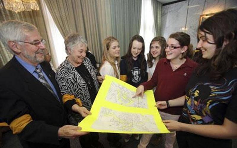Le maire Claude Bernier accompagne Diane Gingras du CCCPEM et des étudiantes de l'École secondaire Saint-Joseph et du Collège Saint-Maurice.