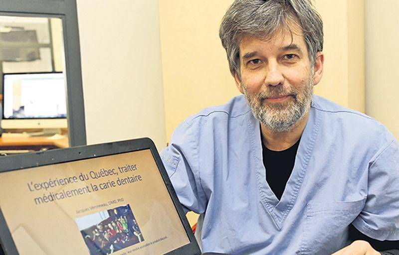 Le Dr Jacques Véronneau montrant les résultats de ses recherches.