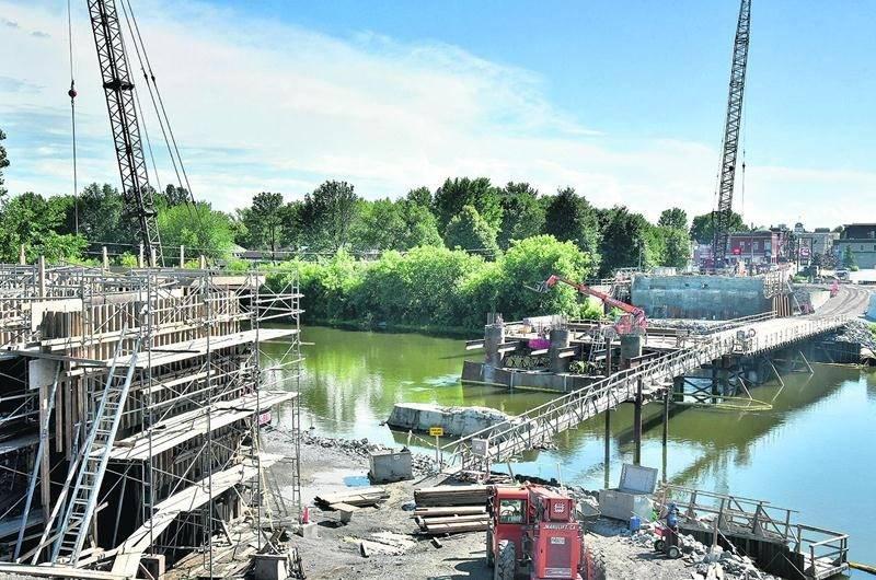 Le chantier du pont Bouchard, sur la Yamaska à Saint-Hyacinthe, va continuer de bourdonner durant les vacances de la construction. Photo François Larivière | Le Courrier ©