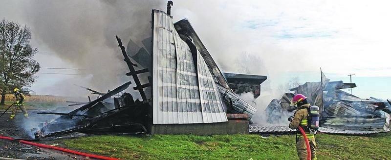 Un important incendie a ravagé un garage du 2e rang à Sainte-Hélène-de-Bagot lundi.Photo Dominique St-Pierre