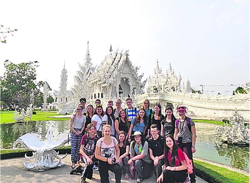 Tout le groupe devant le Wat Rong Khun, un temple bouddhiste de Chaing Rai. Photo courtoisie