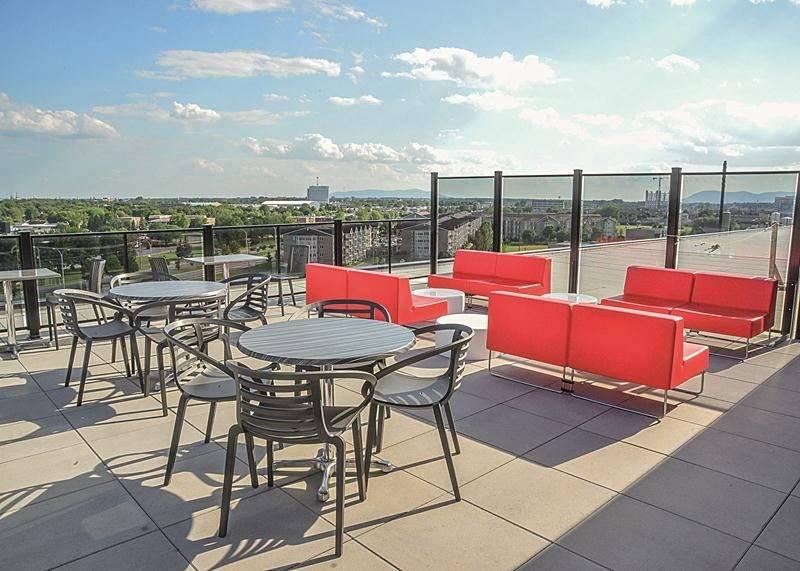 La terrasse aménagée au 7e étage du Complexe Synergia offre une vue unique sur plusieurs collines montérégiennes. Photo François Larivière | Le Courrier ©